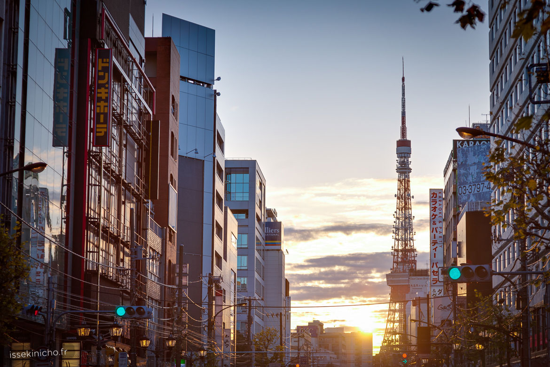 Lever de soleil sur la tour de Tokyo au Japon